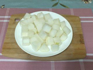 萝卜排骨汤,去皮,切成小块