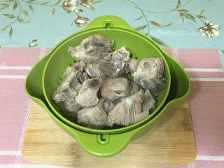 萝卜排骨汤,水沥干备用