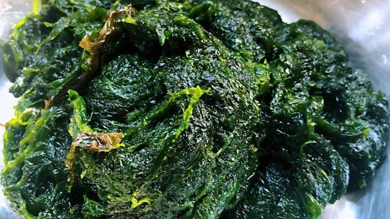 下锅烂疙瘩汤,在市场买到新鲜的下锅烂回来在清水中用筷子搅拌一下洗净捞出备用主要是防止有沙子吃起来口感不好
