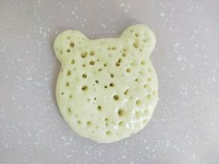 小熊酸奶软饼,当破掉的气泡孔变得很多。基本布满整个表面。就可以翻面了。