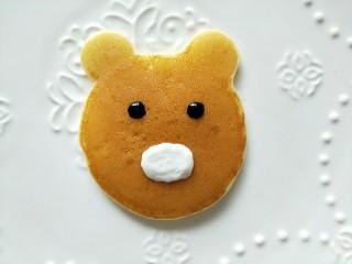 小熊酸奶软饼,然后用黑芝麻酱挤出两个眼睛。也可以用巧克力酱。