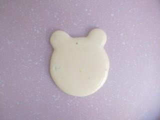 小熊酸奶软饼,平底锅不刷油,记住不刷油。最小火,用裱花袋先挤一个圆形,然后在右上角和左上角分别挤两个小的圆形,做小熊耳朵。