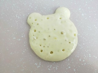小熊酸奶软饼,慢慢的,会看到有很多小气泡鼓起来,然后破掉。