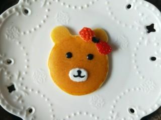 小熊酸奶软饼,还可以用草莓做一个蝴蝶结。
