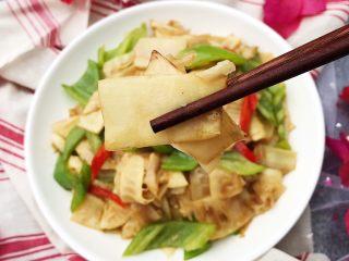 青椒炒笋片,微微发苦的笋片搭配微微辣的青椒真的超级下饭哇