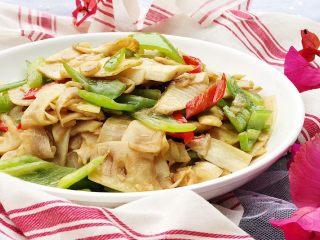 青椒炒笋片,美味的时令青椒炒笋片就做好啦