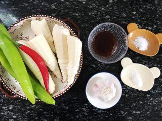 青椒炒笋片,食材准备:  苦笋5根 青椒2根 红辣椒1根 大蒜1个 蚝油50克 食盐50克 白砂糖20克 猪油50克