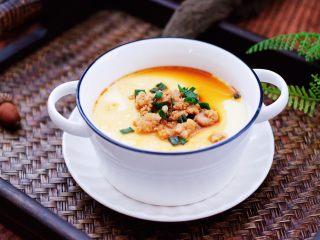 鹅蛋肉末羹,把炒熟的肉末和汤汁撒到蒸熟的鹅蛋羹上即可。