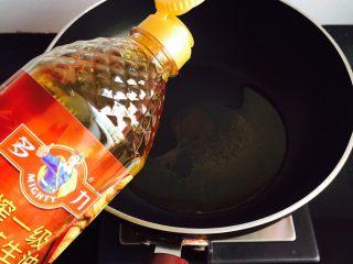 葱油海虹+舌尖上的美食,锅中加入花生油加热至