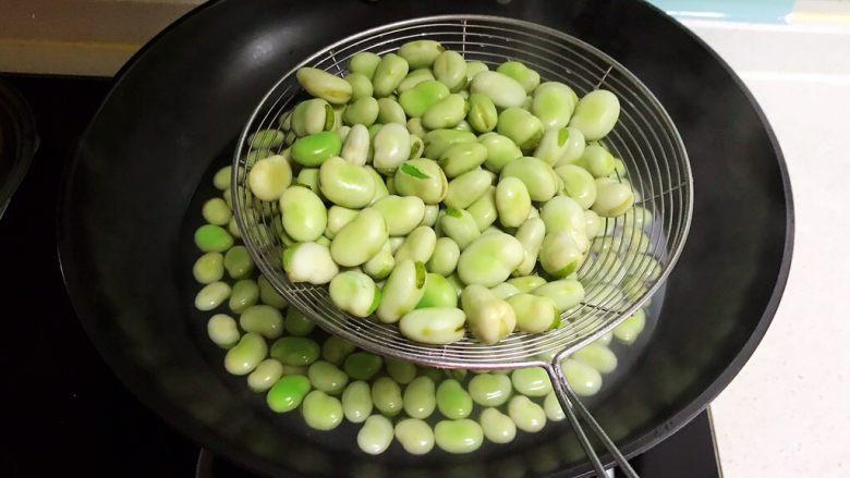 素炒薄荷蚕豆,把焯好的蚕豆捞出来,沥干水分