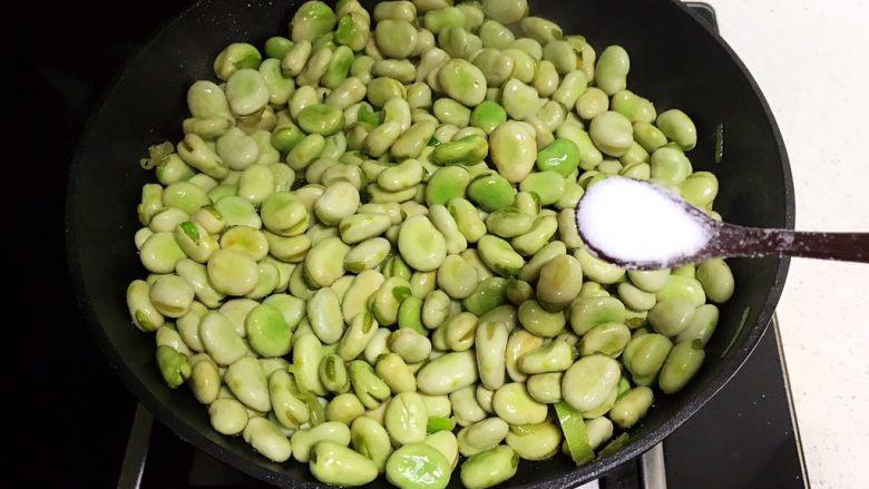 素炒薄荷蚕豆,加入3克精盐调味