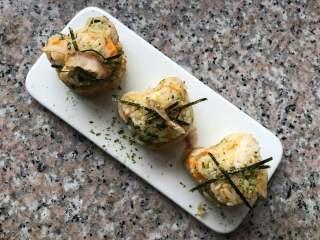 海苔肉松包饭, 撒上海苔粉,放一点海带丝和木鱼花即可。
