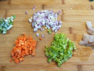 宝宝千层肉龙  小披萨,虾仁,胡萝卜,洋葱,尖椒,葱花,全部切成小丁。