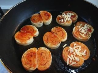 宝宝千层肉龙  小披萨,两面煎制金黄,刷一层番茄酱,在撒上一层马苏里拉奶酪。