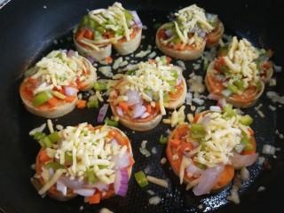 宝宝千层肉龙  小披萨,加入菜丁,上面在撒上一层马苏里拉奶酪。