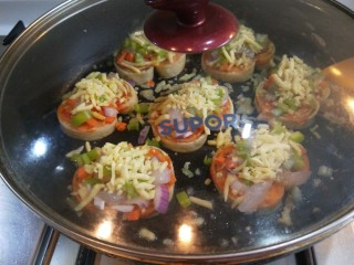 宝宝千层肉龙  小披萨,盖上锅盖小火慢熬,煎制两片凝固一起关火。