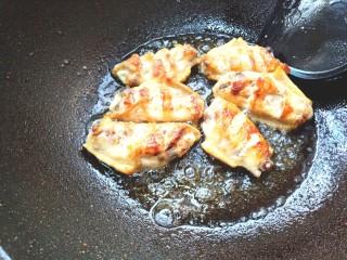 红酒焖鸡翅,煎至一面金黄在反面煎