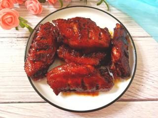 红酒焖鸡翅,色泽红润,酒香浓郁,肉质滑嫩,鸡翅好吃