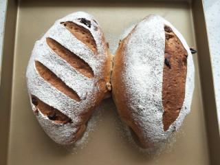 全麦葡萄干核桃面包,放入预热好的烤箱,中层190度,上下火烤25分钟左右