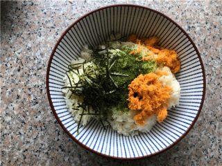 海苔肉松包饭,加入海苔粉、肉松、海带丝、盐和苹果醋(可用米醋代替)