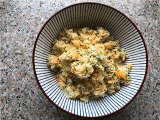 海苔肉松包饭,把所有的材料拌匀。