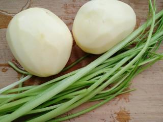 芹菜烧土豆,准备土豆去皮,芹菜摘掉叶子