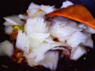 海虾木耳炒白菜,这个时候先加入白菜帮翻炒,因为白菜叶熟的快,不要一起放,会影响口感呀。