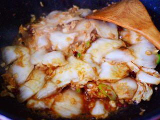 海虾木耳炒白菜,大火继续翻炒至白菜帮变软的时候。