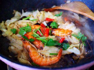 海虾木耳炒白菜,大火继续翻炒片刻,加入小米辣和香菜段。