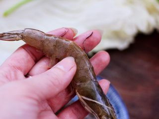 海虾木耳炒白菜,这个时候把海虾取虾线后洗净。