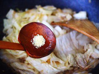 海虾木耳炒白菜,这个时候根据个人口味,加入适量的盐和鸡精调味。