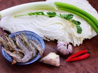 海虾木耳炒白菜,首先备齐所有的食材。