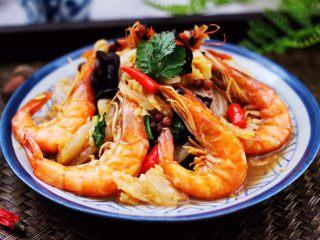 海虾木耳炒白菜,啦啦啦,鲜美无比又营养丰富的海虾木耳炒白菜出锅咯。