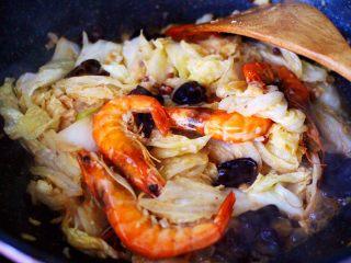 海虾木耳炒白菜,大火翻炒均匀后,加入煎好的海虾和木耳。
