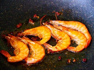海虾木耳炒白菜,海虾煎至两面变成红色的时候,盛出备用。