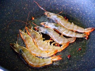 海虾木耳炒白菜,锅中倒入花生油烧热后,先小火慢慢炸香花椒后,把海虾放入锅中。