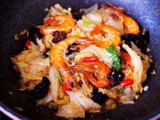 海虾木耳炒白菜,大火翻炒均匀即可关火。