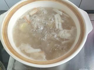 番茄小排土豆汤,我喜欢炖肉类用砂锅。所以我又转用砂锅。水量多一些,因为要蒸发,而且是做汤,水尽量一次加够。即使中途加水,也要加热水。