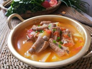 番茄小排土豆汤,最后加鸡精,白胡椒粉调味。出锅。