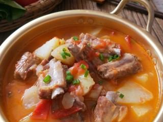 番茄小排土豆汤,为了美观可以撒葱花点坠。