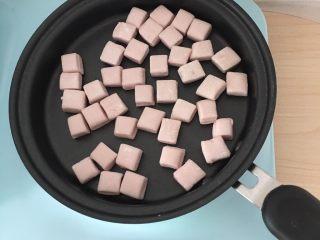 紫薯小馒头,放入不粘锅。