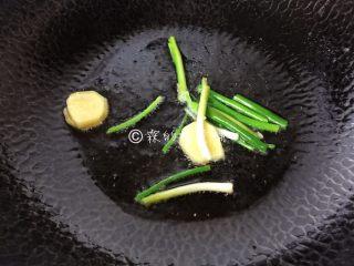 上海本帮菜 草头圈子,先把葱姜放入,煸香。