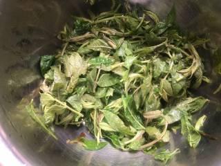 香椿炒鸡蛋,红叶子变成绿叶子了就可以捞出放凉
