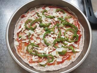 全麦披萨低脂营养,一层薄薄的马苏里拉奶酪,铺洋葱青椒