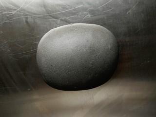黑芝麻酱馒头,揉成面团后放在案板上揉至光滑的面团,盖上保鲜膜醒10分钟