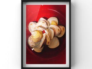 文蛤茄丁鸡蛋饼,捞出的文蛤快速放入冷水中!后去除内脏,取肉!