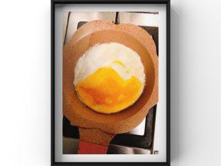 文蛤茄丁鸡蛋饼,先倒入蛋黄站锅的一半留一半,等蛋黄煎好后倒入蛋清煎1分钟即可成型捞出!