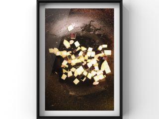 文蛤茄丁鸡蛋饼,文蛤肉和茄丁一起翻炒,放入宝宝盐,宝宝酱油调味!