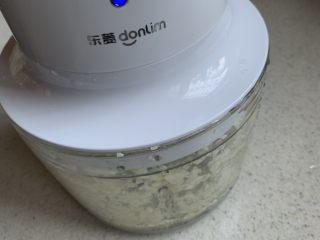 手撕杏鲍菇,大蒜放入搅拌机搅成蒜泥