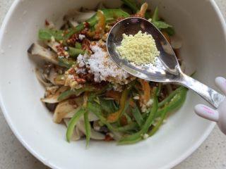 手撕杏鲍菇,最后加点鸡精,不喜欢可以不放,拌匀腌制几分钟